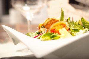 Nahaufnahme eines bunten Salats aus der Bordküche des Restaurants am Flugplatz