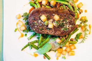 Angerichtetes Gericht mit Gemüse und Steak aus der Bordküche des Restaurants am Flugplatz