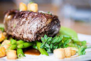 Nahaufnahme eines Gerichts mit Gemüse und Steak aus der Bordküche