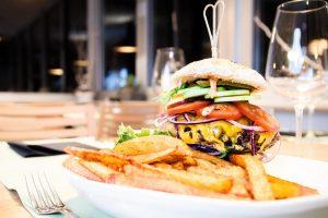 Pommes und Burger aus der Bordküche des Restaurants am Flugplatz