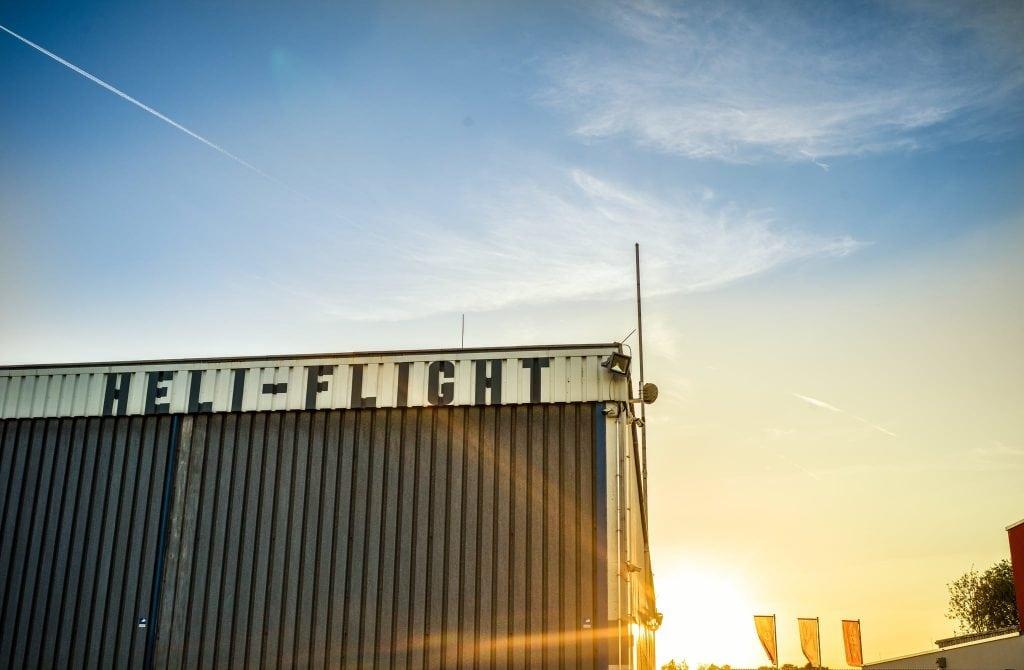 das Heli-Flight Gebäude bei Sonnenuntergang