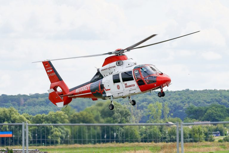 fliegender Hubschrauber der Johanniter Luftrettung