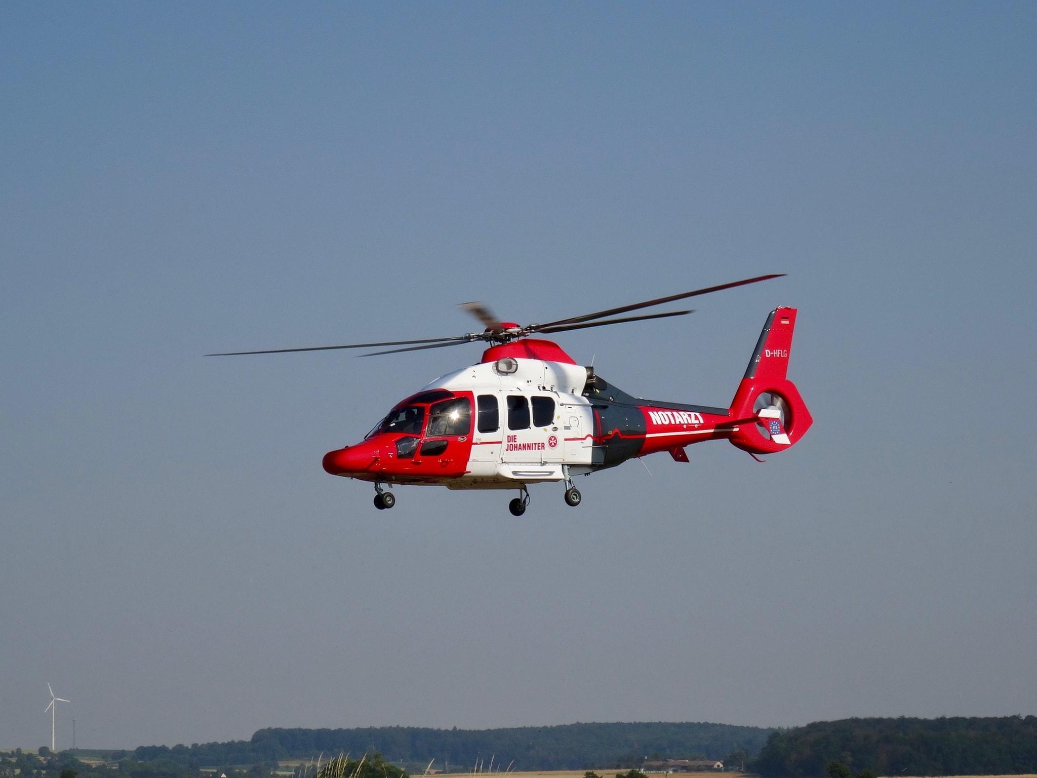 Notarzt Helikopter der Johanniter in der Luft