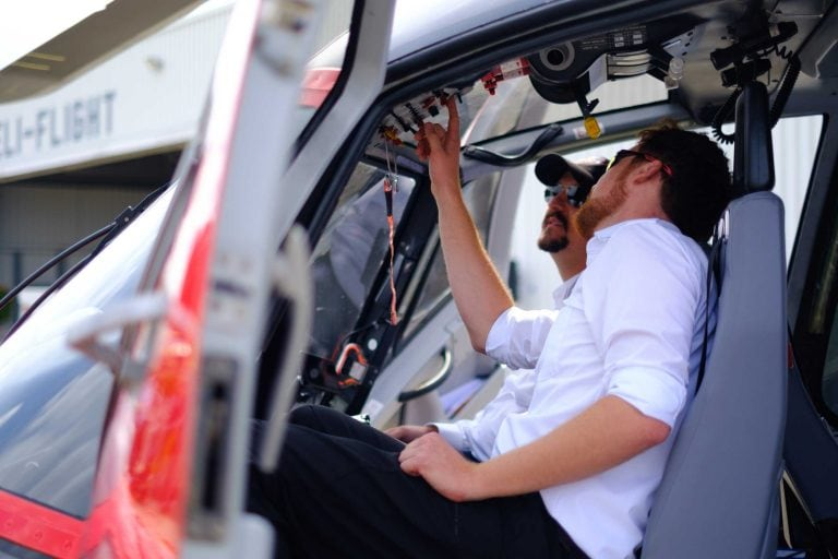Zwei Männer sitzend in einem Helikopter Cockpit