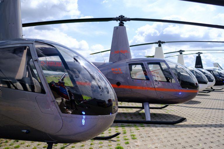 Mehrere Hubschrauber stehen in einer Reihe