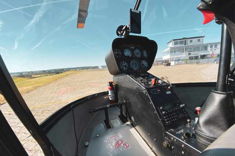 Blick aus der Frontscheibe des Cockpits eines Hubschrauber