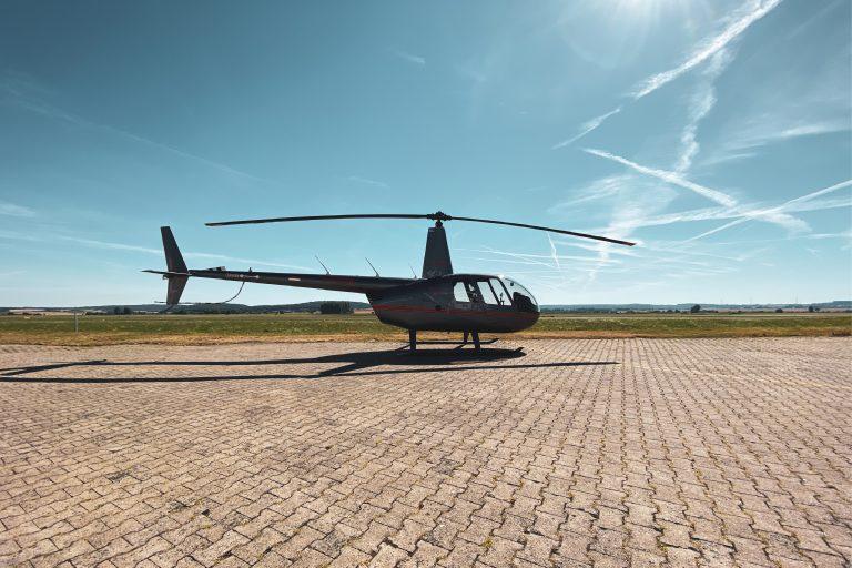 Gesamtansicht eines schwarzen Helikopter für Weiterbildungen