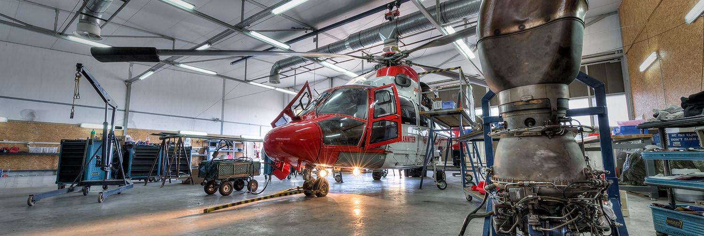Ein roter Helikopter in der Werkstatt